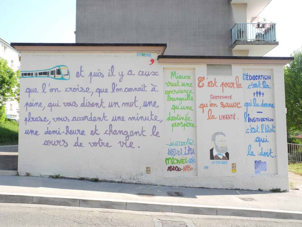 4 citations de Victor Hugo, graphées sur un bloc électrique de Besançon : - Et puis il y a ceux que l'on croise... - Mieux vaut une conscience tranquille qu'une destinée prospère - C'est pour la fraternité qu'on sauve la liberté - L'éducation, c'est la famille qui la donne. L'instruction, c'est l'Etat qui la doit.